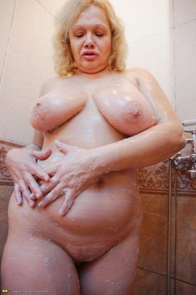 拿 一个 看看 在 一个 所有 女性 桑拿浴室