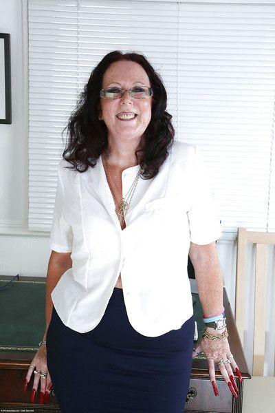 mature secrétaire Zadi dans sexy lunettes et bas devient Sauvage Seul