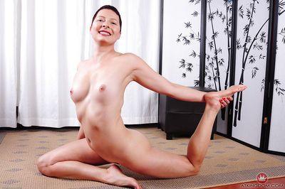 短 头发的 老年 母 卡利 Karinena 引人注目 瑜伽 姿势 在 的 buff - 一部分 2