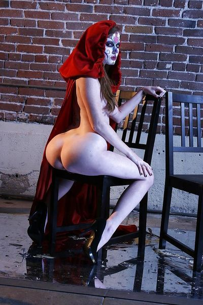 Tempting cosplay chick Nikki Rhodes showcasing her seductive curves - part 2