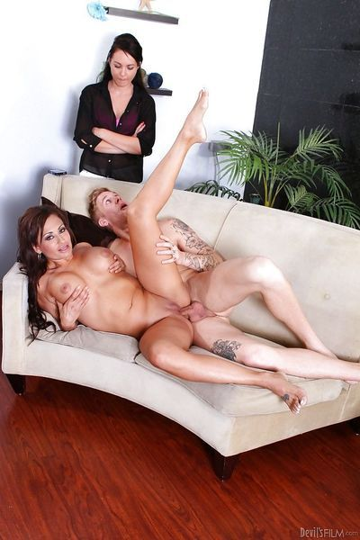 Juggy cougar gets anally fucked and facialized with witness of her friend - part 2