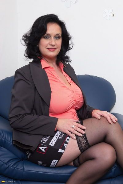 परिपक्व महिला चमकती सफेद अपस्कर्ट अंडरवियर पहने काले मोज़ा