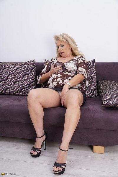 厚 成熟 女人 在 一个 黑色的 裙子 头 在室内 要 手淫 她的 猫