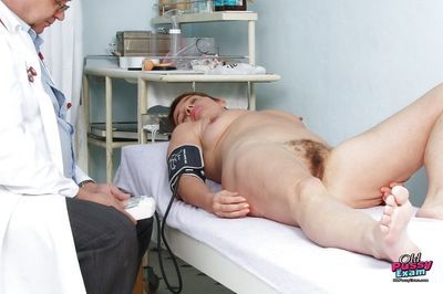 Short haired mature lady gets her hairy pussy examed by gyno