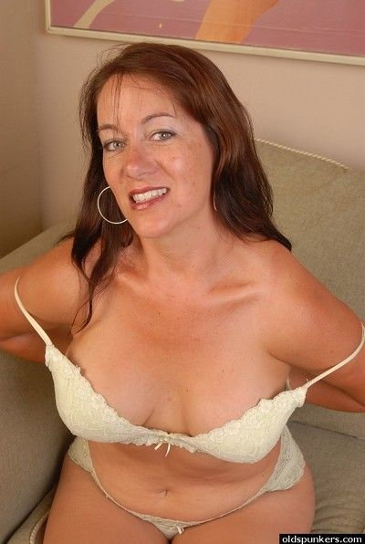 Aged lady Sandy removing bra and panties for spreading of pussy