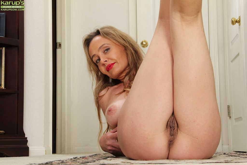 Mature babe with saggy tits and hairy pussy Chelsey Townes posing
