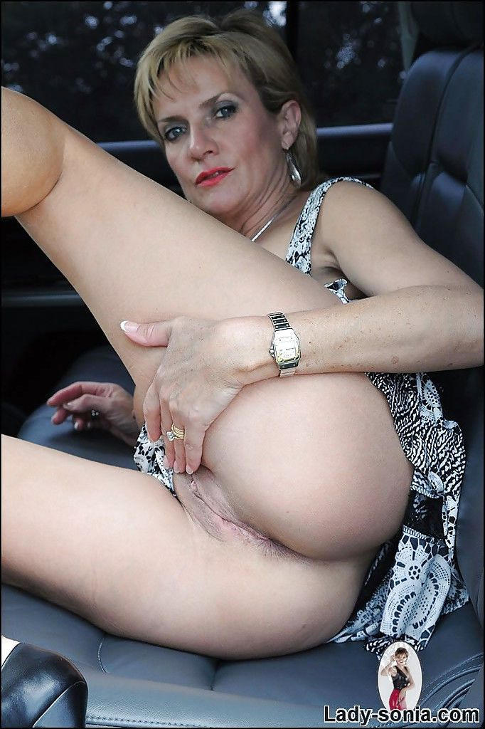 посмотреть зрелая женщина ласкает писю в машине