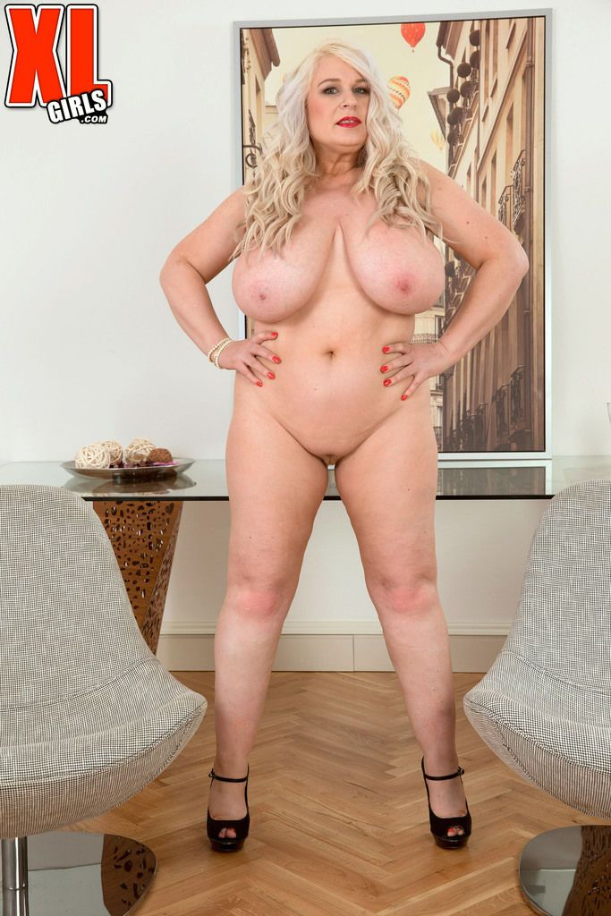 Fat mature hottie Samantha Sanders boasts of her massive booty and huge boobs