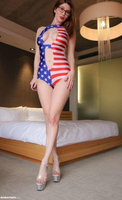 书呆子 贝贝 琥珀色 hahn 释放 她的 完美的 奶 从 美国 主题 泳衣