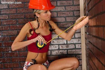 Gina Gerson encuentra Un polla pegue thru Gloryhole Mientras haciendo Casa remodelaciones