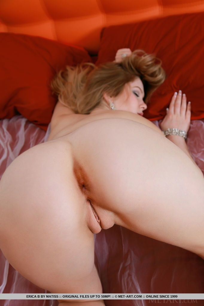 Slim young babe with a round butt Genevieve spreads her long legs