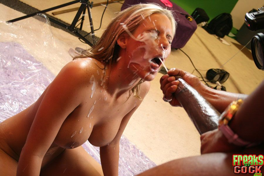 MILF babe Phoenix Marie gets bukkake on her face after fucking