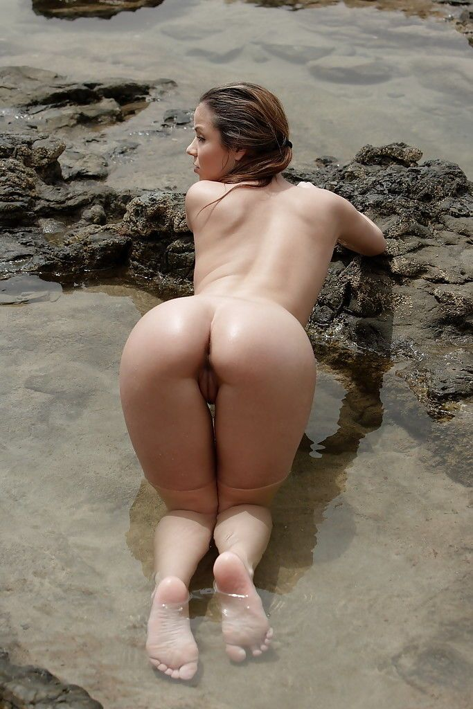 Pretty pornstar babe demonstrates nice booty and pussy on the beach