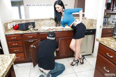 Hot mom Jasmine Jae in heels & short skirt gives kitchen handjob for facial