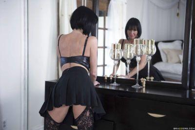 Top rated solo babe Veronica Avluv flashing pretty upskirt underwear