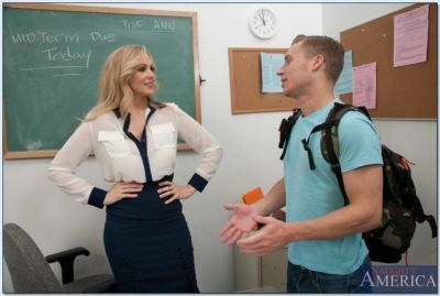 Salope mature enseignant julia Ann suce et baise Un les étudiants bite