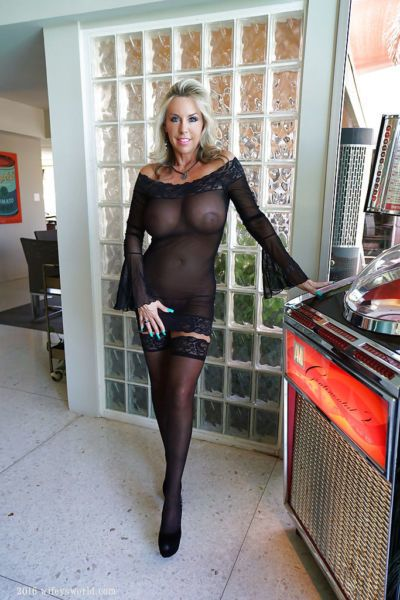 Stocking clad mature housewife Sandra Otterson strutting for babe photos
