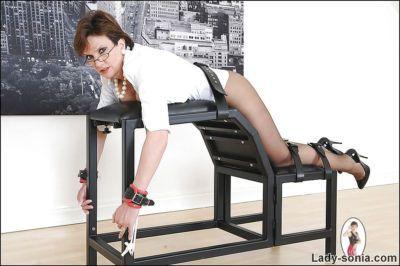 Wellgraced Bdsm señora en negro nylon pantimedias posando atado
