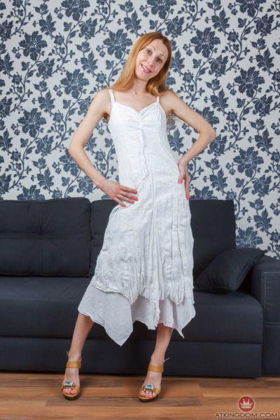 тощий зрелые женщина Клер Играет в Эротические соло в Одежда и показывает Волосатые киска