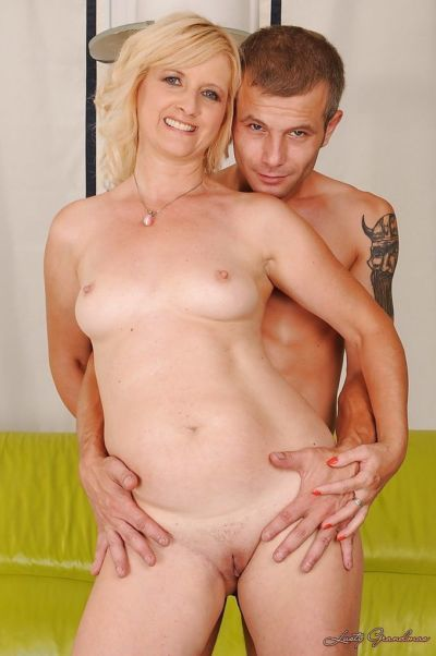 Slutty mature blonde receives a cumshot in her mouth after hardcore porking