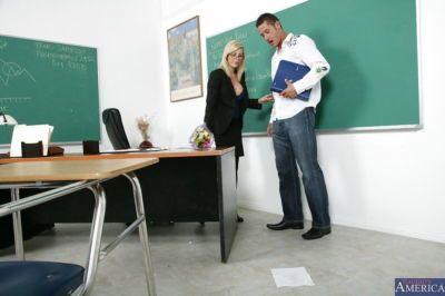 Lubrique enseignant holly Sampson séduit Son étudiant et Joue Avec son gros bite