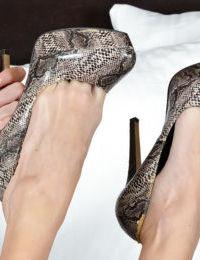 skinny Femme Staci Simpson supprime robe pour nu tatouages et Minuscule seins