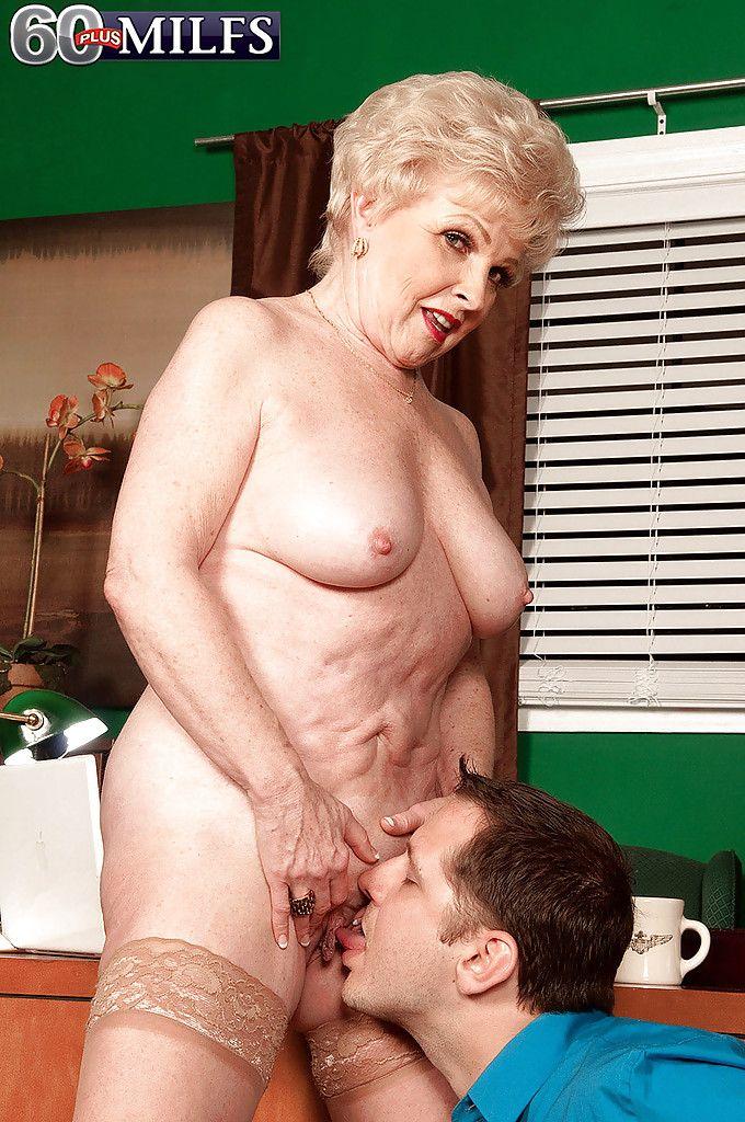 Порно видео молодой бабке толстой смотреть старой лижет