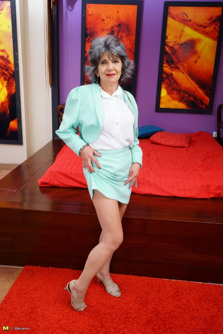 44 Year Old Heidi Gallo Gets Nude Plus Opens Her Gams