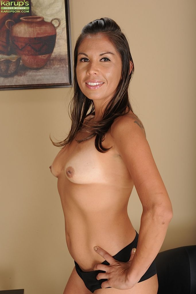 Middle-aged woman Olivia Jones strips to make nude modeling debut