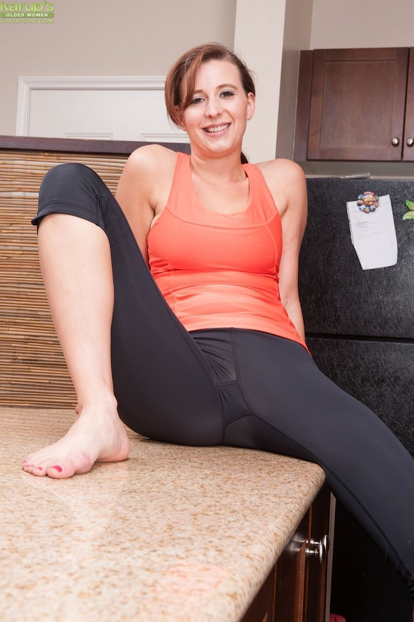 Mature amateur Alice Chambers doffs yoga clothes before revealing her clit