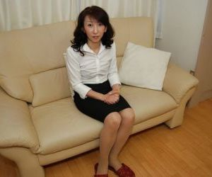 Mako Shinozuka reveals her amazing Asian boobies and hairy..