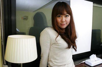 Asiático MILF Hiroko Nagatomo desvestirse y difundir su peludo Coño los labios