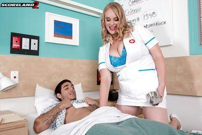 busty 금발의 간호사 Cameron 스카이 불 두 개의 자지 에 mmf threeway