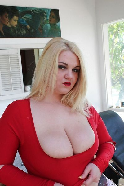 Blonde BBW MILF Sheena Shaw showing off her ass and spreading