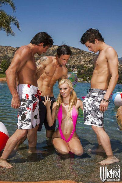 Foxy latina Babe Jessie Rogers ottiene blowbanged :Da: Tre ragazzi all\