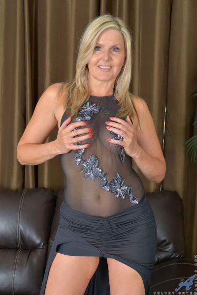 mayores Rubia MILF cobertizos pura lencería y encaje bragas a modelo desnudo
