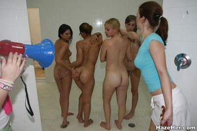 レズビアン orgy と 美しい babes リック 各 その他 施 ながら に 浴室