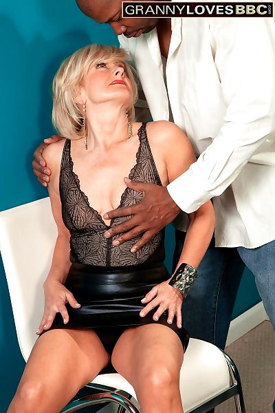 Mature Polish beauty Ellie Anderson gets her cunt inspected by his black cock