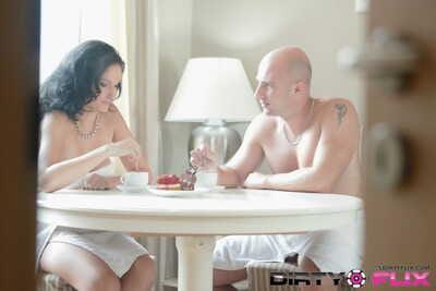 गंजा आदमी और busty मालकिन डायना शुरू सुबह के साथ भावुक सेक्स