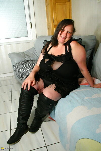 Большой грудью зрелые нимфоманка играть с ее мокрые киска часть 2212