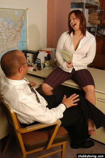 लाल बालों वाली plumper के साथ बड़े saggy स्तन दे बड़े लंड मुख-मैथुन में कार्यालय
