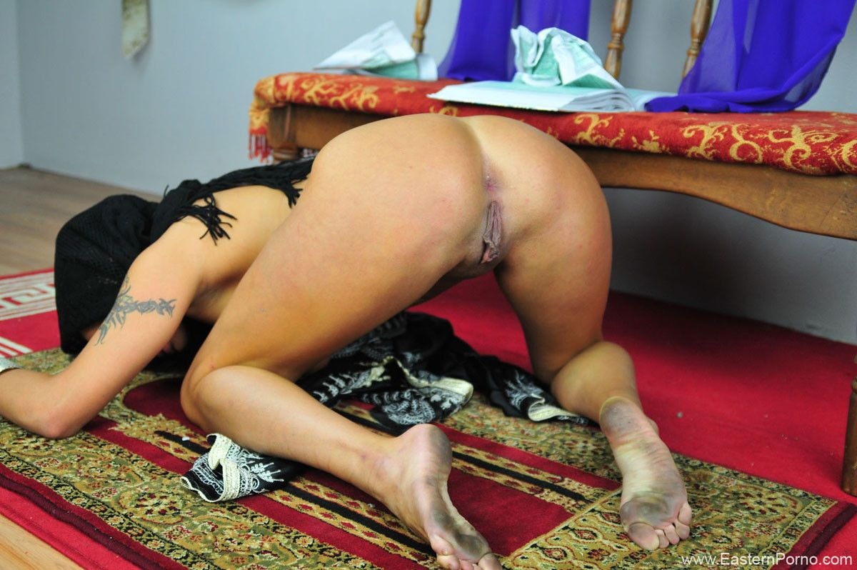 Busty eastern dancer shay lynn smoking and masturbating while spreading her swee