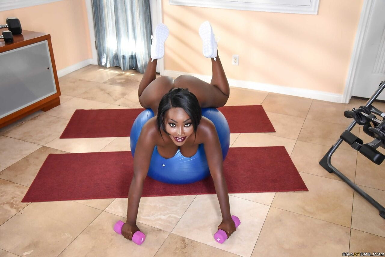 Ebony fitness babe Osa Lovely works out naked and lifts weights