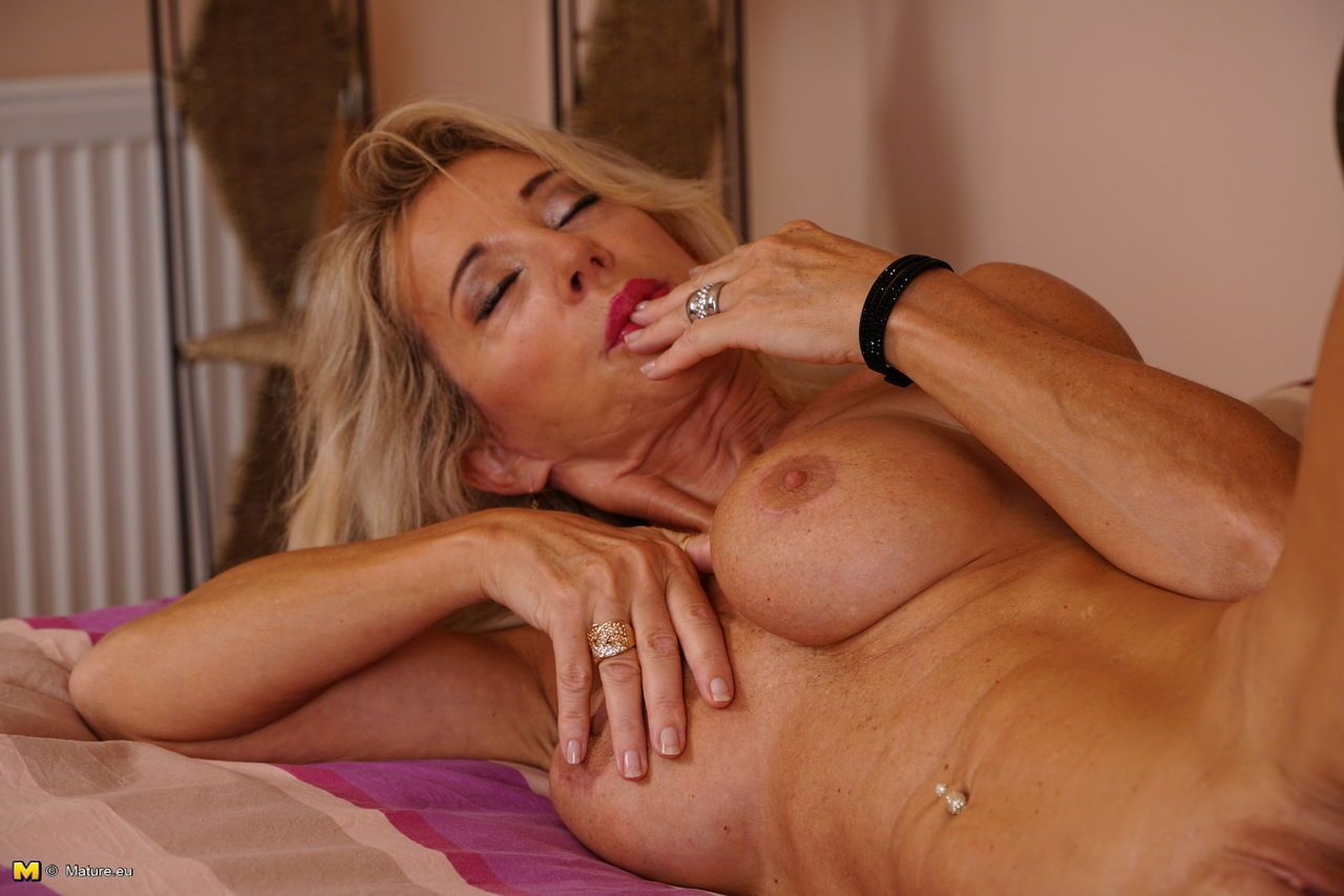 Mature blonde lady tastes her wet pussy after stripping for nude modeling gig