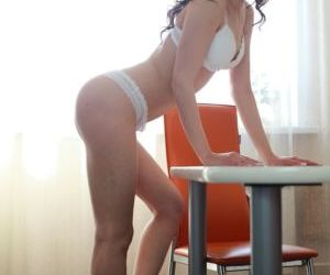 Seductive amateur Anna Sawdy serves up some hot toying on..