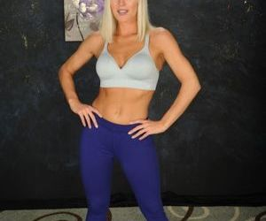 Fit blonde MILF Niki Lee Young posing naked after peeling..