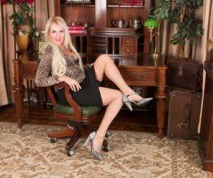 Big ass blonde mature Jade Wilson showing off her booty in..