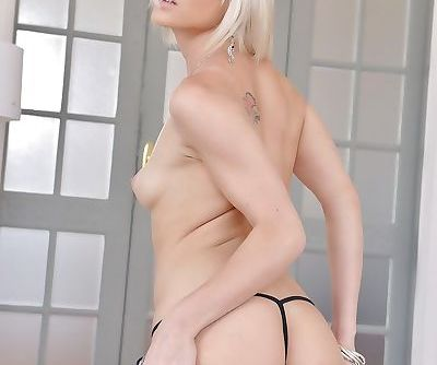 Amazing blonde beauty Zazie Skymm shakes her new toy down the pink pussy
