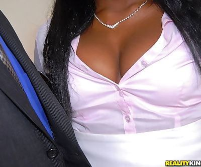 Bootylicious babe Ebony Star gets her pussy drilled hardcore
