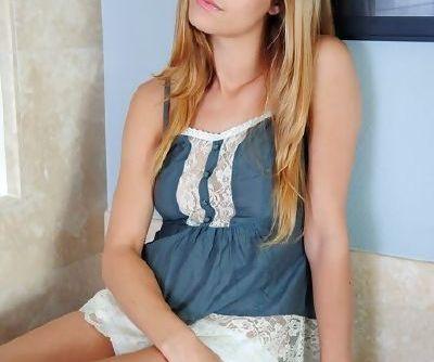 Красивые молодой девушка демонстрирует ее вкуснятина свежие бритые розовый киска